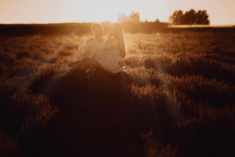 Sesja narzeczenska w polu lawendy26 - Ola + Maciej | miłość, lawendowe pole i złote światło