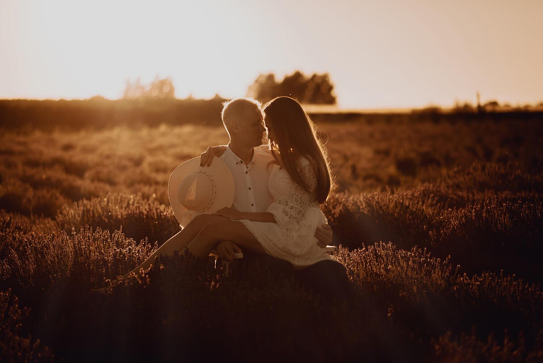 Sesja narzeczenska w polu lawendy27 - Ola + Maciej | miłość, lawendowe pole i złote światło