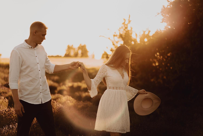 Sesja narzeczenska w polu lawendy33 - Ola + Maciej | miłość, lawendowe pole i złote światło