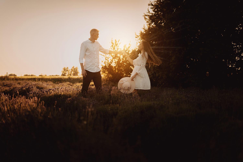 Sesja narzeczenska w polu lawendy53 - Ola + Maciej | miłość, lawendowe pole i złote światło