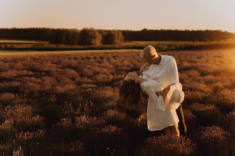 Sesja narzeczenska w polu lawendy56 - Ola + Maciej | miłość, lawendowe pole i złote światło