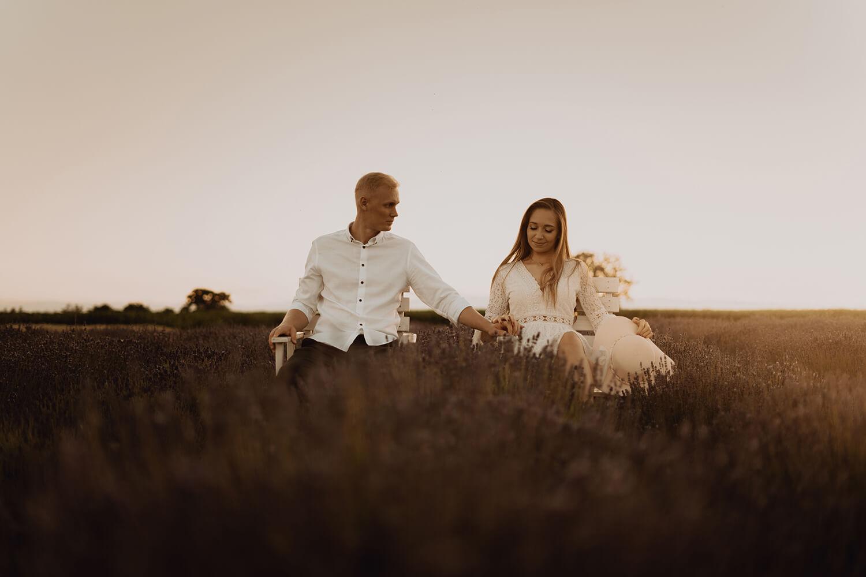 Sesja narzeczenska w polu lawendy60 - Ola + Maciej | miłość, lawendowe pole i złote światło