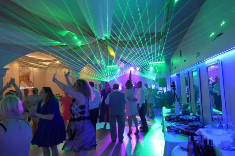 Zielone lasery na weselu 768x512 1 - Światło na weselu - 5 kroków, by stworzyć wyjątkowy klimat
